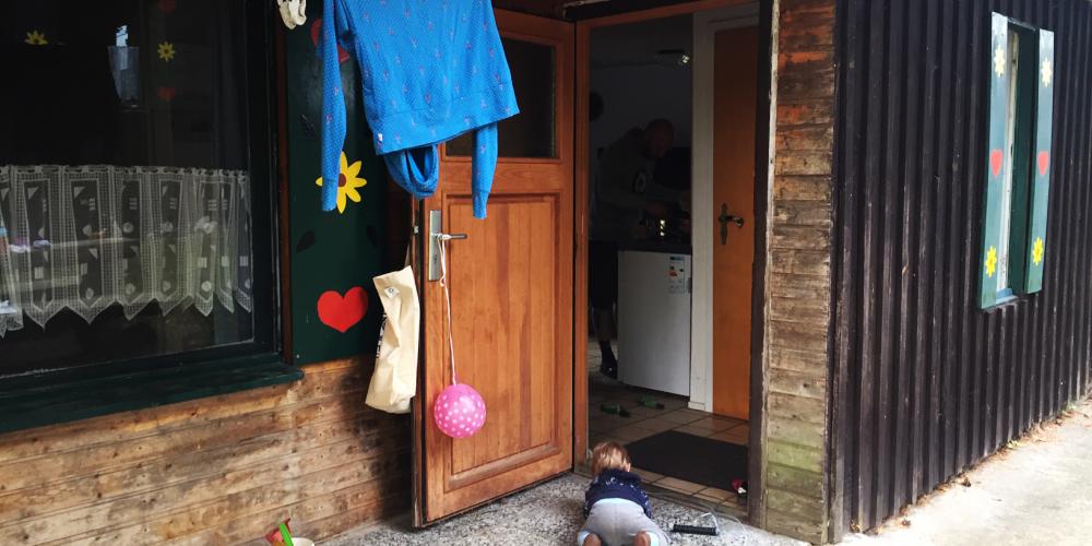 Blockhütte mit Eingangstür