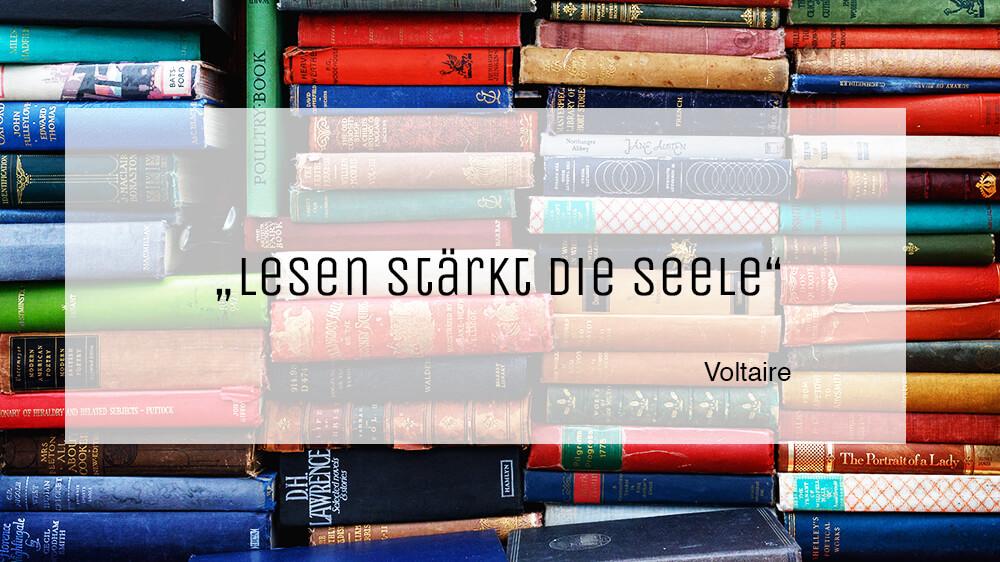 """Gestapelte Bücher stehen nebeneinander. Darüber steht der Spruch """"Lesen stärkt die Seele"""". Ein Zitat von Voltaire."""